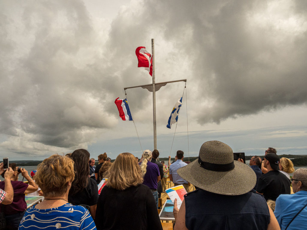 Flag-raising and singing of Canadian and Acadian Anthems/lever des drapeaux et le chant des hymnes nationaux